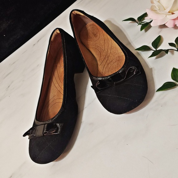 0cf6276ff45 Clarks Shoes - SALE 3 for  20 Clarks 6.5 indigo charmed bow pumps